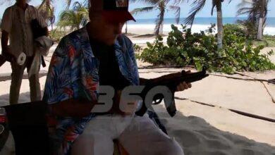 Photo of Andrés García ahora dispara ametralladora durante entrevista y dice conoce a todos los narcos