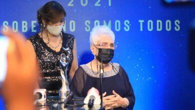 Photo of A María Cristina Camilo le entregan una «estatuilla equivocada», de teatro en vez de comunicadora