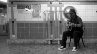 Photo of Ricardo Arjona pasa desapercibido mientras cantaba en la estación del metro de Nueva York